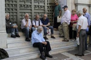 Grekiska pensionärer utanför en bankautomat i Aten.