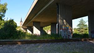 Järnvägsstationen är riven, istället en stor bro.