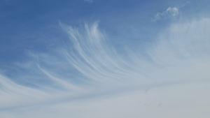 Höyhentä muistuttava pilvi.
