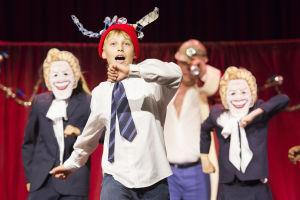 HKT:n Billy Elliot -musikaali. Nimiroolissa Lassi Hirvonen.
