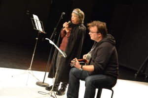 Annika Backman sjunger och Henrik Grönroos spelar gitarr.