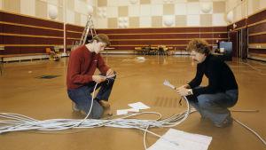 Yleisradion Musiikkistudio M1 (kevyen musiikin studio) otettiin käyttöön vuonna 1979. Asennustyöt vielä käynnissä.
