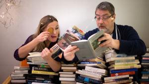Böcker i Staffans och Annes grepp