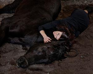 Hevonen ja nainen maassa