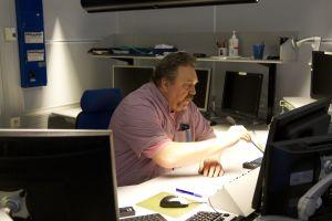 Lähetystoiminnan päällikkö Olof Qvickström Pasilan lähetyskeskuksessa vuonna 2012