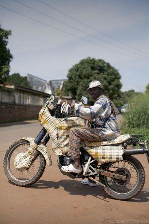 Burberry moottoripyöräilijä Yaoundésta, Kamerunista