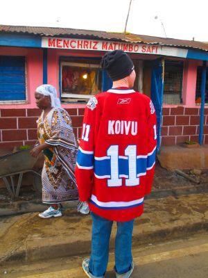 Poika seisoo selin jääkiekkoilijan paita päällä, paidassa lukee Koivu 11