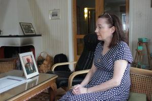 Kvinna tittar på bild av sin pappa.