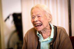 Gammal kvinna skrattar