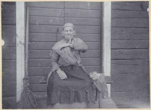 Kuppaussarvi vanhan naisen kädessä (1911)