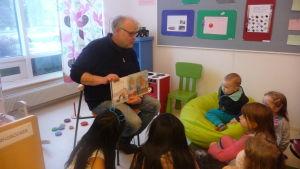 Karl-Gustav Svedjebäck läser sagor för barn i Närpes.