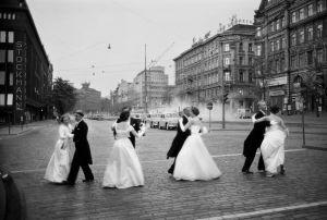 Promootiotanssit aamuyöllä Mannerheimintiellä Helsingissä 1960. Kuva: Caj Bremer.