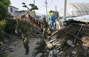 Soldater och poliser i Mashiki den 16 april 2016.