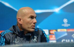 Zinedine Zidane laddar för match mot Manchester City.