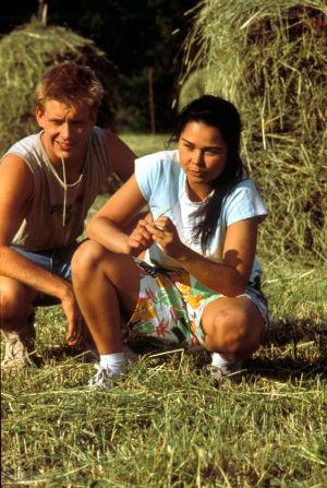 Santeri Kinnunen (roolinimi Alpo Korva) ja Outi Alanen (roolinimi Kerttu Hurme) pellossa heinätöissä.