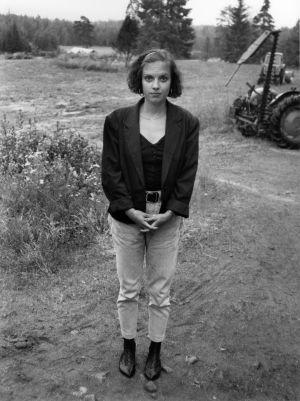 Kirjailija Anna-Leena Härkönen kuvattuna maantiellä Häräntappoaseen kuvausten yhteydessä.