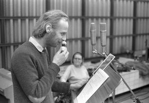 Näyttelijät Vesa Vierikko äänittämässä kuunnelmaa Odysseus vuonna 1982, taustalla Aino Lehtimäki.