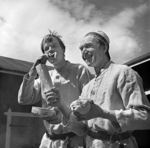 Keittiömestarit Jaakko Kolmonen ja Veijo Vanamo valmistavat kesäruokia. (1977)