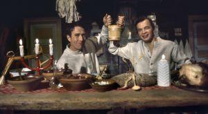 Keittiömestarit Veijo Vanamo ja Jaakko Kolmonen viettävät joulua jouluruokia maistellen.