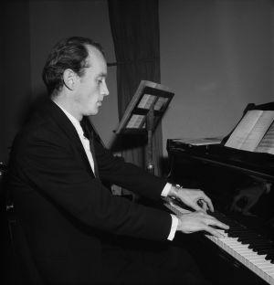 Säveltäjä, pianisti Einar Englund soittaa pianoa. (1950)