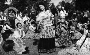 Romanien tanssiesitys elokuvassa Kuningas kulkureitten (1953).