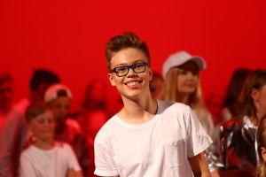 Filip Rönnblad dansar i musikvideon.