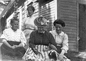 Fyra kvinnor framför södergranska villans gavel. Olga Fabritius, Kirsti Moilanen, Helena Södergran och Paula Orlowsky.