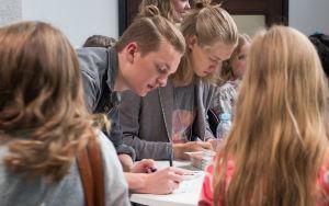 Osku ja Lenni jakavat nimikirjoituksia UP-kierroksella.