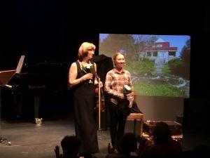 Olga Nekrasova-Rajamäki (vas.) Eeva Putro (oik) Mikä on kotimaani -esityksessä Kajaanin runoviikolla 2016.