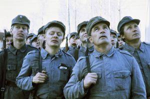 Toinen vasemmalta näyttelijä Vesa Mäkelä, toinen oikealta näyttelijä Erkki Pajala.