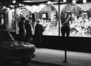 Ihmisiä katsomassa Anttila-tavaratalon näyteikkunaa joulun aikaan.