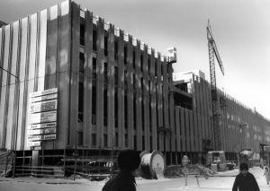 Tampereen Pysäköintitaloa rakennetaan. Vuonna 1974 valmistunut P-Anttila oli Suomen ensimmäinen pysäköintiliikerakennus.
