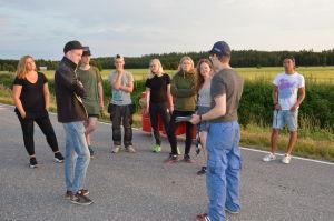 Axel Åhman ger information åt assisterna vad som skall hända under kvällens inspelning.