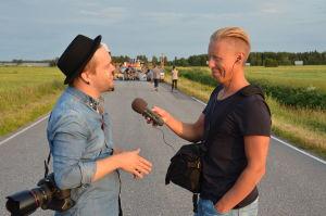 Regissör Tage Rönnqvist blir intervjuad av Nicke Aldén.