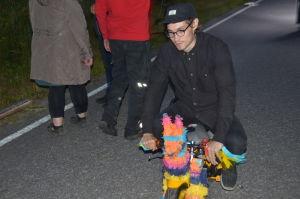 Erik Åhman testar mopeden som KAJ skall köra med under inspelningen.