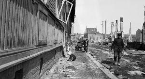 Barn leker på gata strax efter slaget om Tammerfors 1918.