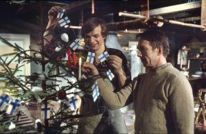 Keittiömestarit Jaakko Kolmonen ja Veijo Vanamo koristelevat joulukuusta (1976).
