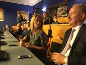 Kaja Kallas tittar på sin pappa Siim Kallas