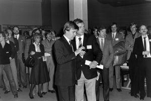 Työvoimaministeri Urpo Leppänen tutustuu teksti-tv:n välittämään työvoimapalveluun 1983.