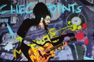 ramy spelar gitarr på sin föreställning