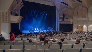 Yleisöä kerääntyy Tampere-taloon.