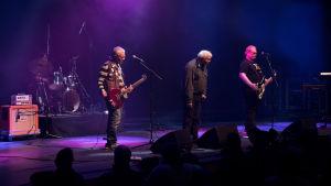Kuvassa Pertti Kurikan Nimipäivät -yhtyeen rumpali Toni Välitalo, rumpali Pertti Kurikka, solisti Kari Aalto ja basisti Sami Helle.