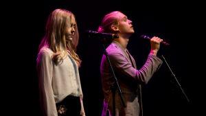 Kuvassa Iris Rainio (Amelie Blauberg) ja Lenni Morris (Joel Bonsdorff).