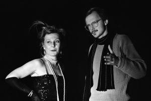 Seela Sella ja ohjaaja Timo Humaloja monologin Yksin puhuja kuvauksissa 1984. Sella Sella sai Jussi-palkinnon parhaimmasta naispääosasta ja Timo Humaloja parhaasta ohjauksesta.