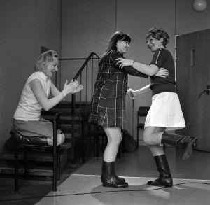 Kuunnelma Karjakko ja kartanon kummitus vuodelta 1970. Kuunnelman on Yleisradiolle kirjoittanut Irene Rajala. Kuvassa näyttelijät Seela Sella, Eriikka Magnusson ja Ritva Oksanen.
