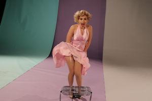Kuvassa Marilyniksi pukeutunut toimittaja