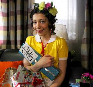 Epun ja Annin 18v bileet. Anni lahjat tiukasti sylissään.