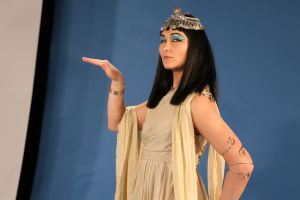 Kuvassa Kleopatraksi pukeutunut toimittaja