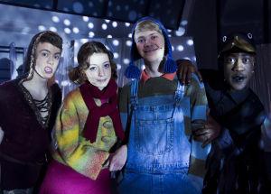 Lumikuningatar kevätnäytös. Jimi, Anni, Roni ja korppi yhteiskuva.