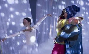 Lumikuningatar kevätnäytös. Anni ja Roni halaavat. Taustalla tanssija.